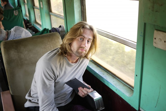 Un mec avec des longs cheveux