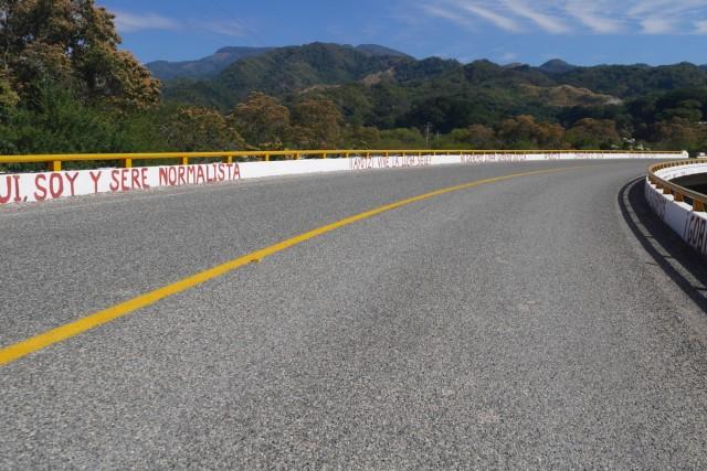 Michoacan, pont avec slogan