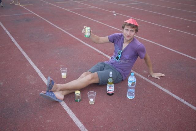 Au stade de Vientiane, Alex supporte les joueurs depuis le bord du terrain